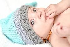 Baby mit Mütze auf dem Kopf