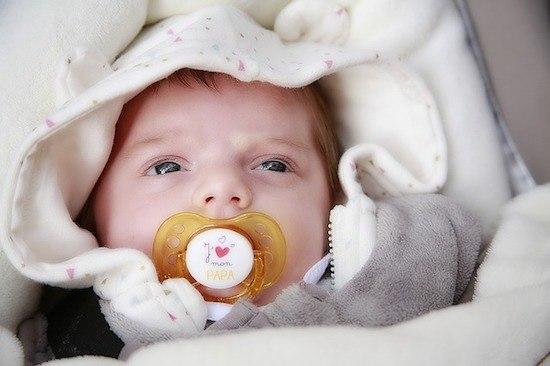 Baby schläft mit Babybettumrandung