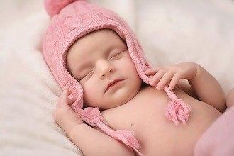 Baby schläft mit Mütze