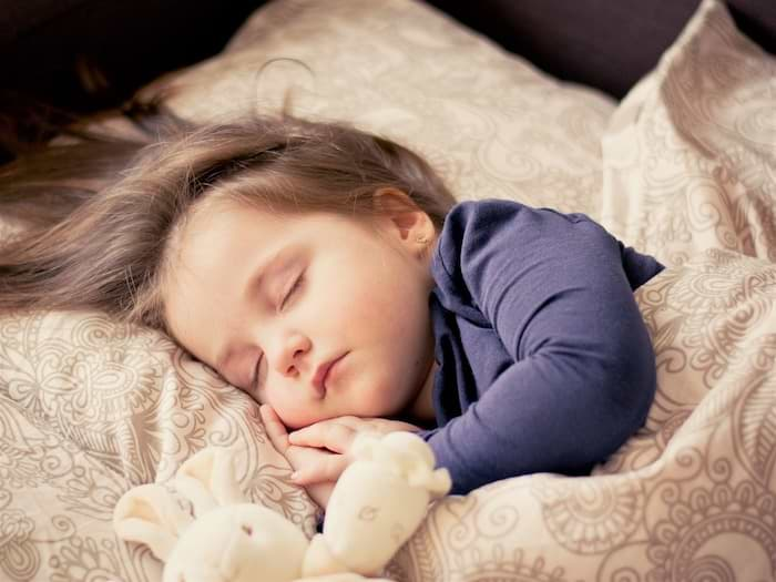 Kind schläft in Bett